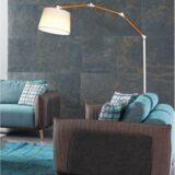 lampada da terra vicino al divano
