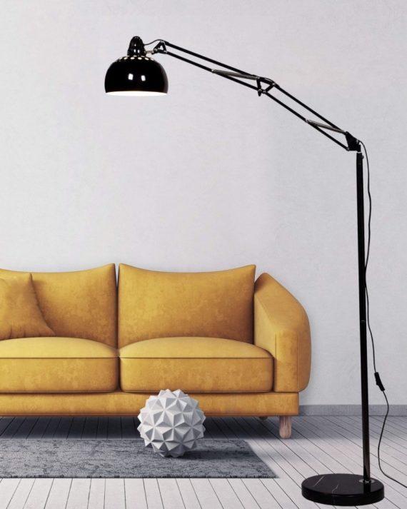Lampada da terra vicino divano