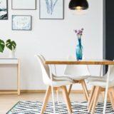 lampada che scende sul tavolo da pranzo in stile moderno a sospensione