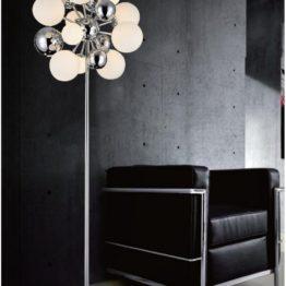 lampada piantana con sfere per illuminare divano nero