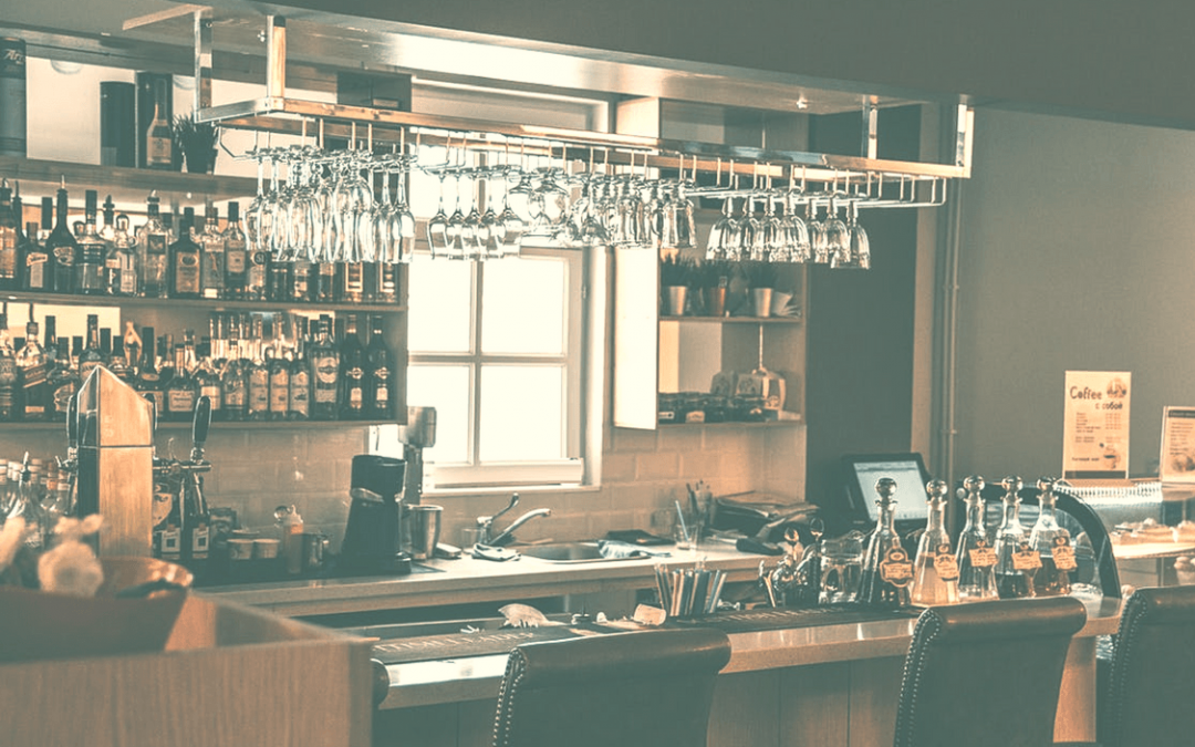 Bancone e illuminazione da bar in casa ristorante e hotel - Bancone bar per casa ...