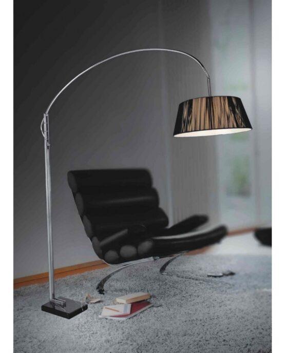 lampade da terra salotto vicino a un divano in pelle, la lampada ha la base in marmo nero