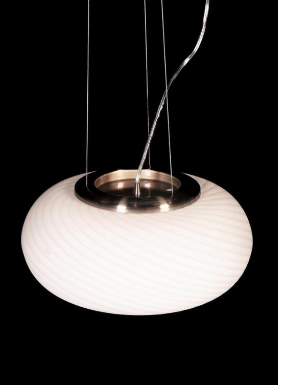 parte superiore della lampada a sospensione bianca con elemento in metallo