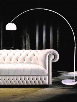 lampada soggiorno da terra bianca vicino al divano