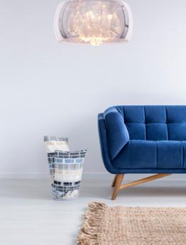 lampada soffitto moderna cristallo vetro abbinata al divano in salotto