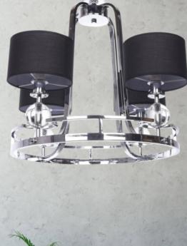 lampada a sospensione con struttura cromata e paralumi di colore nero