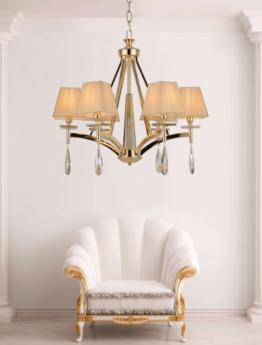 ottimo lampadario classico di lusso color oro per arricchire casa e illuminare salotto e soggiorno