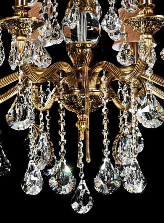lampadari classici lussuosi con struttura ottone cristalli