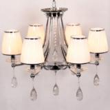 lampadario in stile classico con cristalli pendenti e 6 luci fissate a una struttura cromata