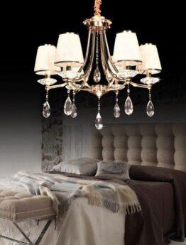 lampadario oro stile classico con cristalli e paralumi in vetro bianco