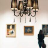lampadario a sospensione classico colore nero 4 luci decorato con cristalli pendenti
