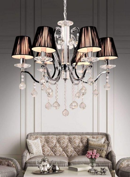 lampadario a sospensione classico colore nero con sfere di cristallo pendenti dai paralumi