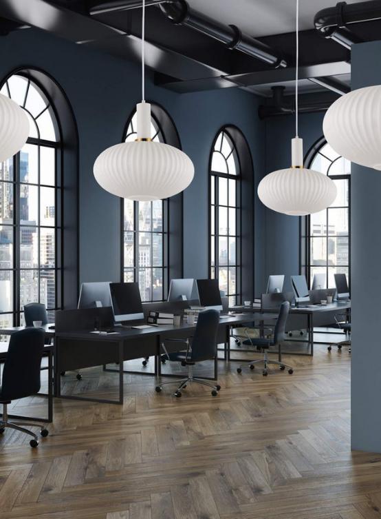 lampada bianca a sospensione con paralume in vetro