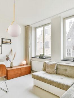 lampada a soffitto sfera bianca struttura oro da salotto
