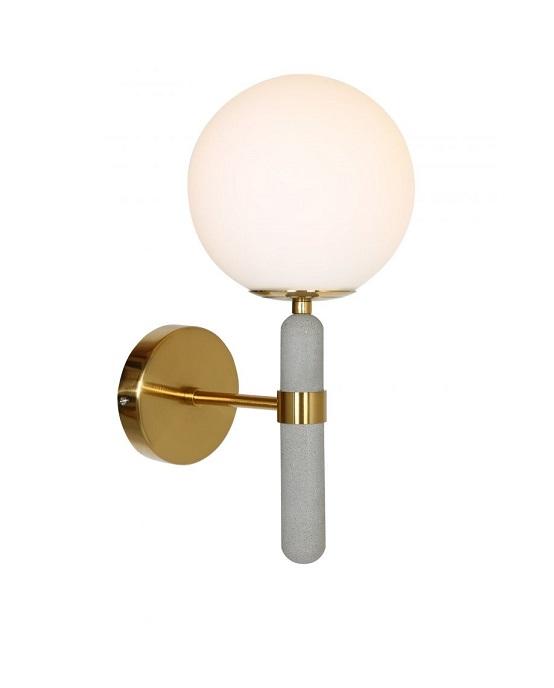 Applique moderna con paralume sferico in vetro opaco e attacco color ottone