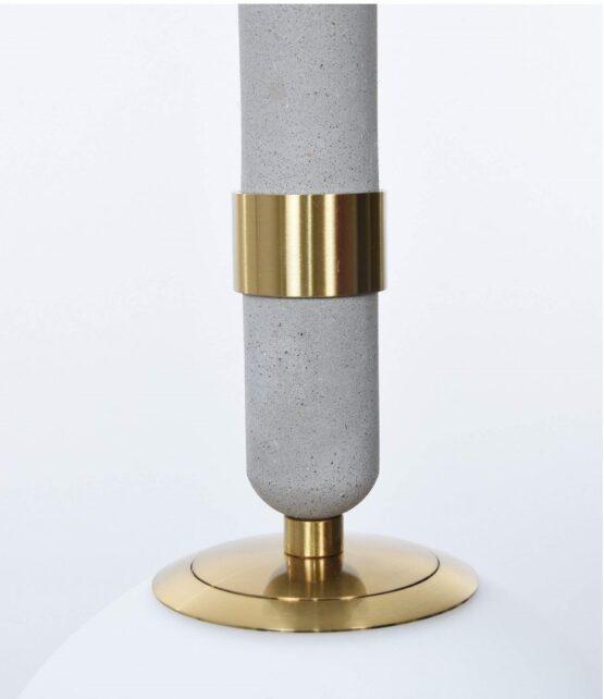 particolare della lampada moderna con paralume vetro opaco
